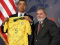 Обаме подарили майку сборной Бразилии по футболу