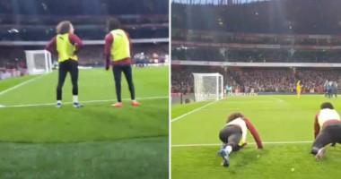 Игроки Арсенала легли на газон, чтобы обеспечить фанатам обзор на пенальти в ворота МЮ