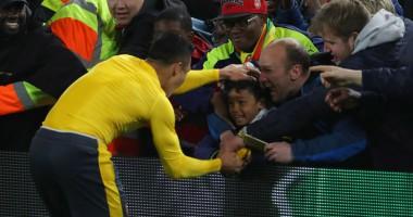 Нападающий Арсенала подарил футболку маленькому фанату