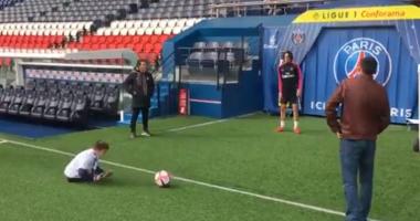 Кавани осуществил мечту безногого мальчика, сыграв в ним в футбол