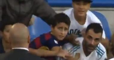 Маленький фанат Барселоны хотел выхватить футболку звезды Реала