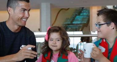 Роналду навестил маленьких детей с синдромом Дауна