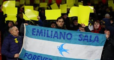 На матче Арсенал - Кардифф футболисты и болельщики почтили память пропавшего Салы