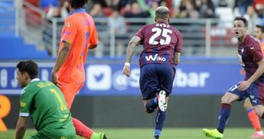 Игрок Эйбара приемом завалил на газон одноклубника после забитого гола