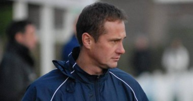 Тренер английского клуба потерял палец, когда перелазил через забор