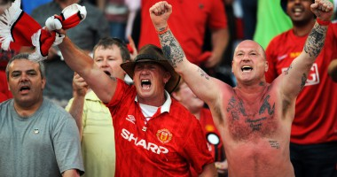 Фанат МЮ закатал в асфальт свою футболку возле стадиона Манчестер Сити