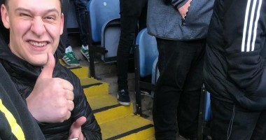 Болельщик из Англии сломал ногу на стадионе, празднуя гол