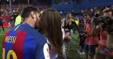 Месси поцеловал невесту прямо на поле