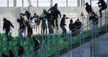 Фанаты чуть не сорвали матч, проходящий при пустых трибунах