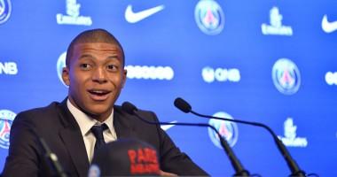 Париж любит Мбаппе: улицы французской столицы подсветили фотографиями игрока