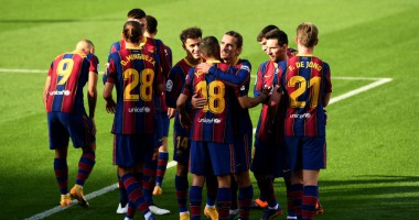 Барселона ярко почтила память Марадоны