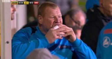 Запасной вратарь Саттон Юнайтед сьел бургер во время матча против Арсенала