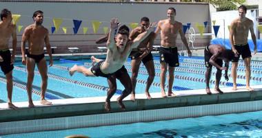 Футболисты Челси устроили соревнования по плаванию
