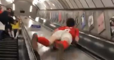 Сумасшедший фанат Арсенала, который прокатился между лентами эскалатора