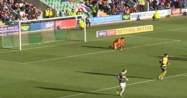 Английский футболист проигнорировал фэйр-плей, забив гол травмированному голкиперу