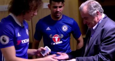 Магия пенсионеров: Давид Луис показал карточный фокус доктору Челси