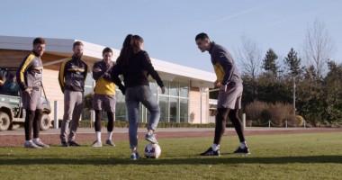 Красотка показала игрокам Арсенала, как надо обращаться с мячом