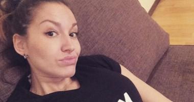На х** послан, ущербный: Жена российского голкипера – фанатам