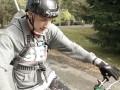 Финский гонщик проехал по узкой арке моста на мотоцикле