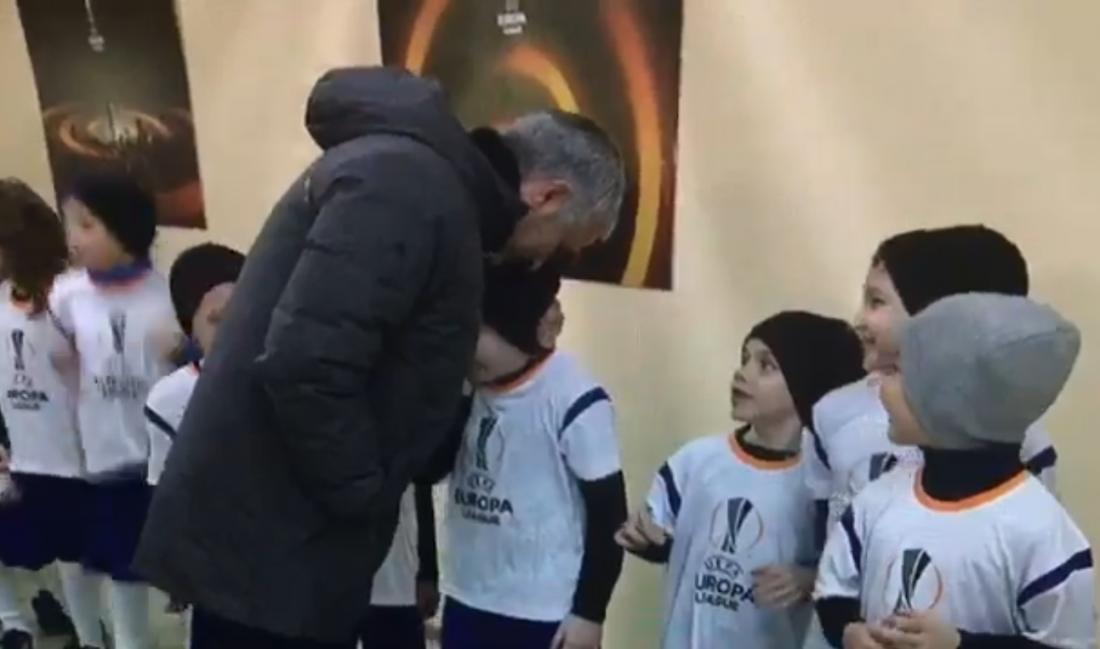 Жозе Моуринью обнял маленького болельщика