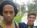 Неловкое селфи: Фанат сделал селфи с Роналдиньо после аварии футболиста