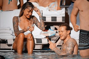 Экс-вратаря Ливерпуля застукали на пляже в Майами в компании татуированной супермодели