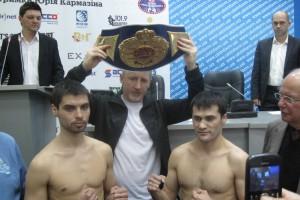 Тимур Ахундов (слева) завоевал пояс чемпиона мира