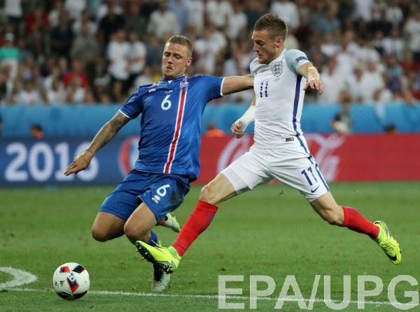 Рагнар Сигурдссон в игре против сборной Англии