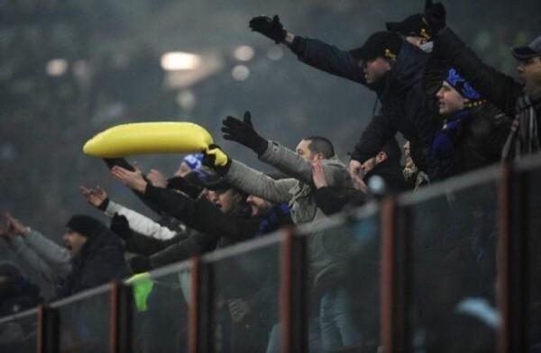 Фанаты Интера оскорбляют Балотелли