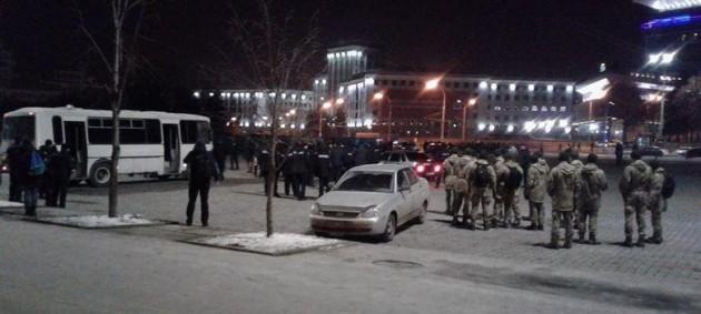 Фанаты Шахтера и Ромы устроили массовую драку в центре Харькова