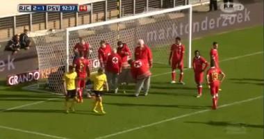 Польского голкипера ПСВ увезли со стадиона на скорой