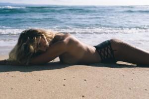 Красотка пятницы: сексуальная модель, которая утешает Кариуса после нелепых ошибок