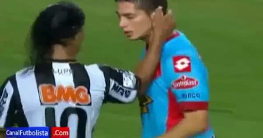 Великий Роналдиньо тягает за ухо молодого футболиста