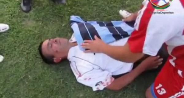 Один из арбитров лежит без сознания