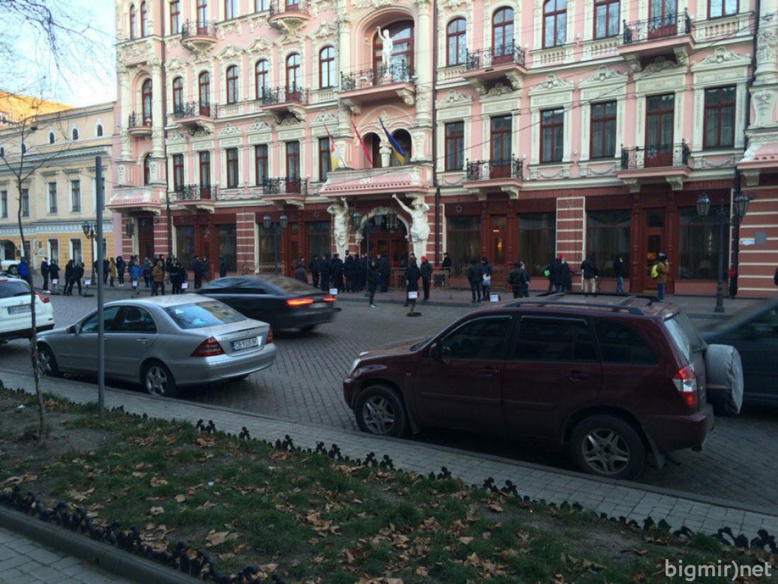 Возле гостиницы ждут автобуса МЮ