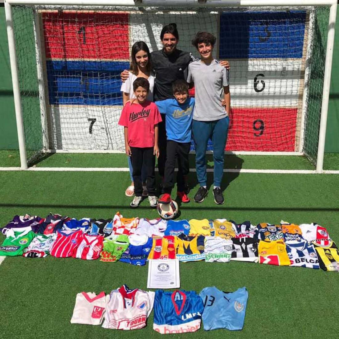 Себастьян Абреу с сертификатом и футболками всех клубов, в которых он играл