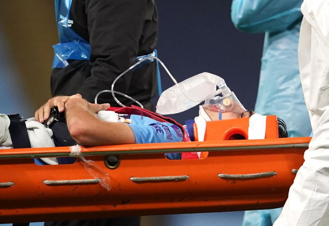 Эрика Гарсию уносят с поля после столкновения с Эдерсоном