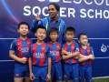 Роналдиньо эпично приветствовали китайские дети в школе Барселоны