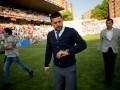 Тренеру сборной Румынии подарили алкоголь прямо на пресс-конференции