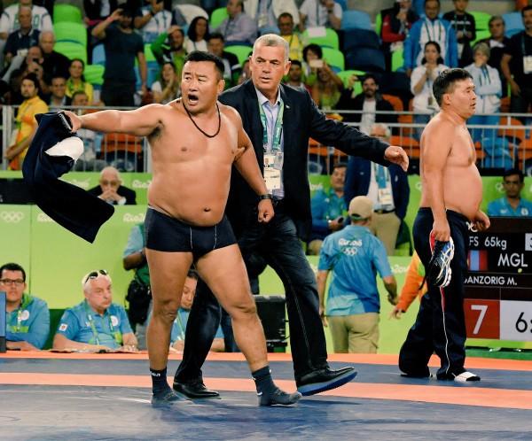 Тренер из Монголии разделся до трусов в знак протеста против решения судей