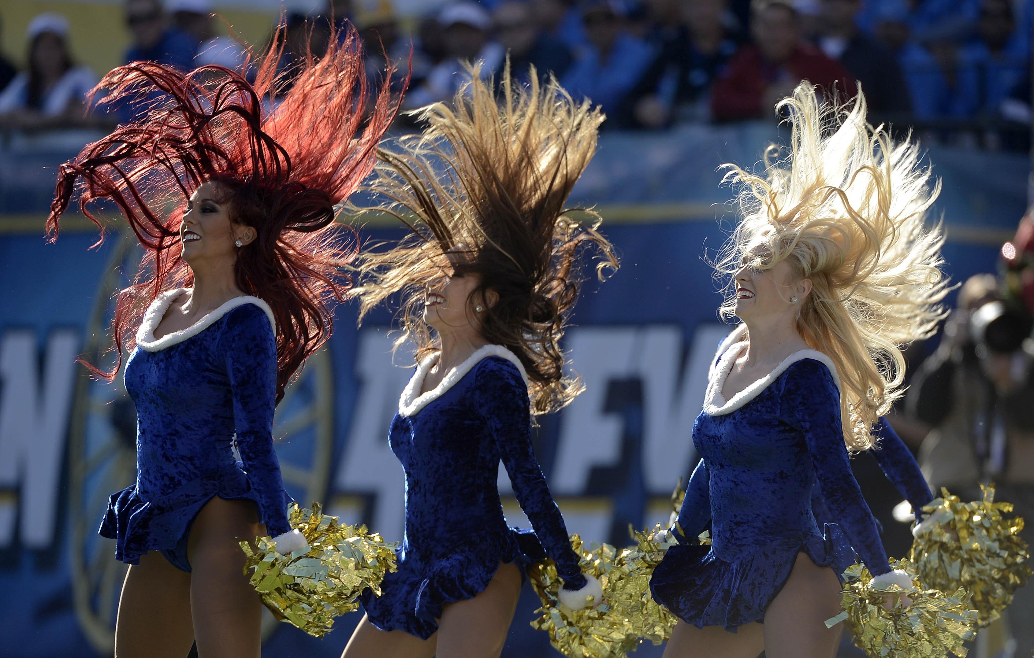Виа Гра в американском футболе: Девушки из группы поддержки Сан-Диего Чарджерс (брюнетка, блондинка и рыжая) выступают в перерыве поединка против Окленд Рэйдерс