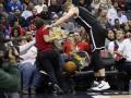 Игрок NBA во время матча сбил официантку, разносившую пиво