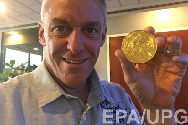 Джекоби вернули украденную медаль