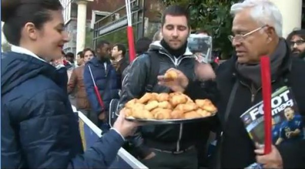 Французским фанатам, собравшимся в очереди за билетами, раздавали пирожки