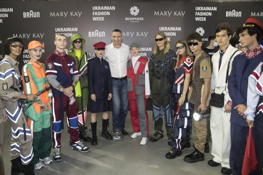 Виталий Кличко с моделями в форме коммунальных служб Киева