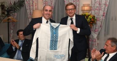 Шахтер подарил делегации Манчестер Сити вышиванки и сувенирные паспорта