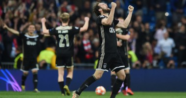 Фанат Аякса техничным ударом по мячу сбил флаг Реала в центре Мадрида
