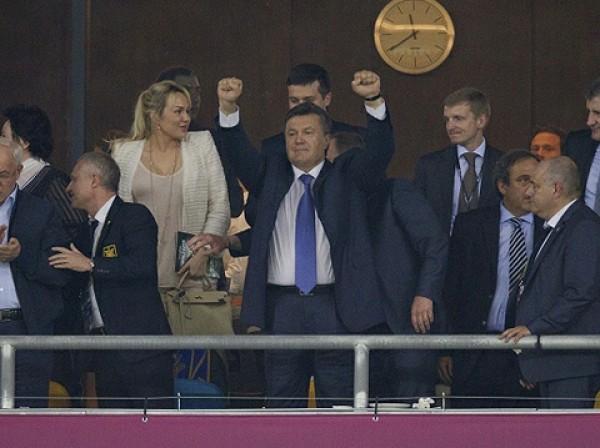 Радость Виктора Януковича после победы сборной Украины в матче со Швецией на Евро-2012