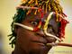 Болельщик сборной Гвинеи наглядно демонстрирует, что фанатский супер-наряд можно смастерить из подручных средств. Например, проволоки