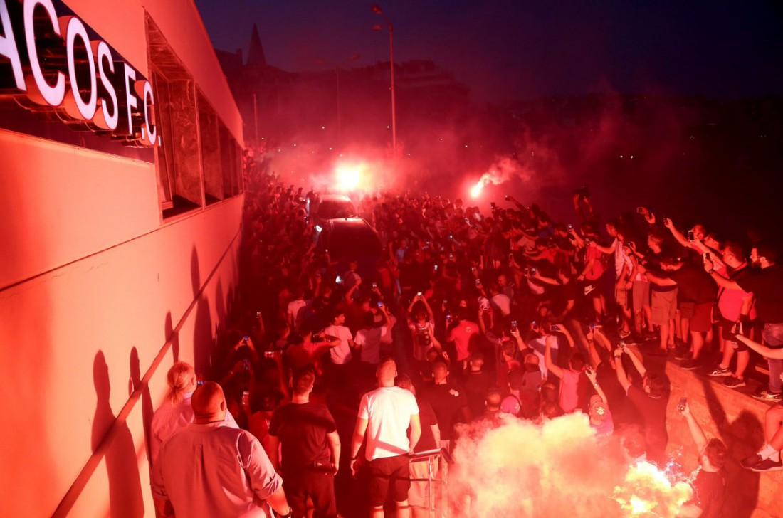 Фанаты приветствуют Яя Туре в Греции